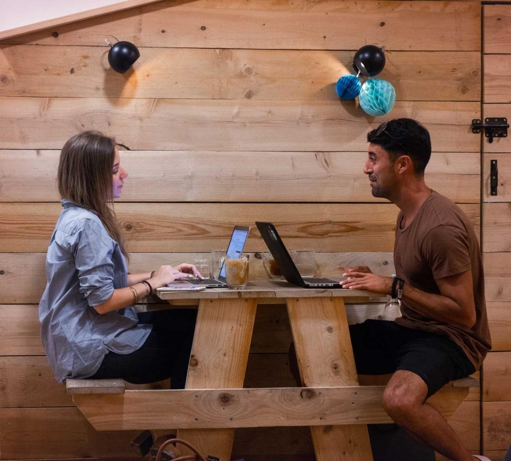 Sitter och jobbar med sociala medier
